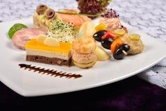 Πιατέλα Antipasto και τομέα εστιάσεως με τα διαφορετικά ορεκτικά (φρούτα, Στοκ φωτογραφία με δικαίωμα ελεύθερης χρήσης