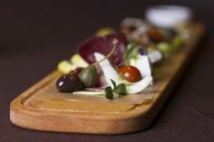 Πιατέλα Antipasto και τομέα εστιάσεως με το διαφορετικά κρέας και το τυρί Στοκ Φωτογραφία