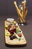 Πιατέλα Antipasto και τομέα εστιάσεως με το διαφορετικά κρέας και το τυρί Στοκ Φωτογραφίες