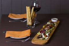 Πιατέλα Antipasto και τομέα εστιάσεως με το διαφορετικά κρέας και το τυρί Στοκ Εικόνες