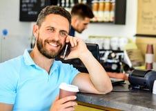 Πιείτε τον καφέ περιμένοντας αναμονή σας Καφές διαταγής smartphone ατόμων στον καφέ λήψη ατόμων έννοιας καφέ σπασιμάτων Ο καφές π στοκ εικόνες