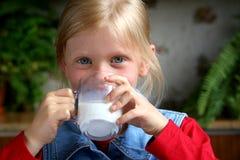πιείτε το γάλα Στοκ Εικόνες