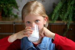 πιείτε το γάλα στοκ φωτογραφία με δικαίωμα ελεύθερης χρήσης