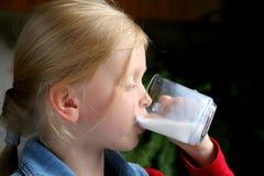 πιείτε το γάλα στοκ εικόνα με δικαίωμα ελεύθερης χρήσης