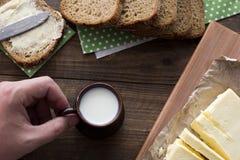 Πιείτε το γάλα με ένα σάντουιτς Στοκ Φωτογραφία