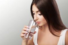 Πιείτε το νερό Ευτυχές νέο όμορφο πόσιμο νερό γυναικών Ένα smili Στοκ εικόνες με δικαίωμα ελεύθερης χρήσης