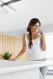 Πιείτε το νερό Ευτυχές πόσιμο νερό γυναικών χαμόγελου Υγιές Lifesty στοκ εικόνες με δικαίωμα ελεύθερης χρήσης