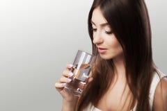 Πιείτε το νερό Πόσιμο νερό νέων κοριτσιών από το γυαλί Καθημερινά wat Στοκ εικόνα με δικαίωμα ελεύθερης χρήσης