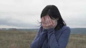 Πιεσμένο πορτρέτο νέο κορίτσι που φωνάζει και που καλύπτει το πρόσωπό της με τα χέρια της απόθεμα βίντεο