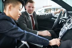 Πιθανός πελάτης που εξετάζει το νέο αυτοκίνητο στοκ εικόνα