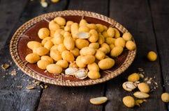 Πικάντικα αμύγδαλα στο αλατισμένο λούστρο - αραβικό εύγευστο πρόχειρο φαγητό Τρόφιμα Ramadan Εκλεκτική εστίαση Ξύλινη ανασκόπηση Στοκ εικόνες με δικαίωμα ελεύθερης χρήσης