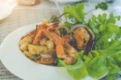 Πικάντικα μακαρόνια θαλασσινών στο άσπρο πιάτο στοκ εικόνες