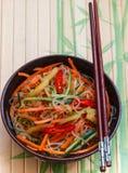 Πικάντικα νουντλς γυαλιού με τα λαχανικά - καρότα, αγγούρι, πιπέρια, σκόρδο Ασιατική και ασιατική κουζίνα πιάτων Στοκ εικόνα με δικαίωμα ελεύθερης χρήσης