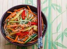 Πικάντικα νουντλς γυαλιού με τα λαχανικά - καρότα, αγγούρι, πιπέρια, σκόρδο Ασιατική και ασιατική κουζίνα πιάτων Στοκ Εικόνα