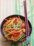 Πικάντικα νουντλς γυαλιού με τα λαχανικά - καρότα, αγγούρι, πιπέρια, σκόρδο Ασιατική και ασιατική κουζίνα πιάτων Στοκ Εικόνες
