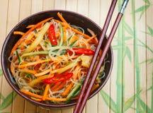 Πικάντικα νουντλς γυαλιού με τα λαχανικά - καρότα, αγγούρι, πιπέρια, σκόρδο Ασιατική και ασιατική κουζίνα πιάτων Στοκ φωτογραφία με δικαίωμα ελεύθερης χρήσης
