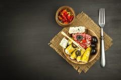 Πικάντικα πιπέρια που γεμίζονται με το μπλε τυρί Τσίλι και τυρί Διαφήμιση στις πικάντικες λιχουδιές Σημειώσεις στα ψημένα στη σχά στοκ φωτογραφία