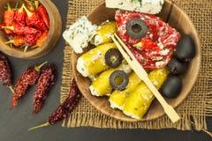 Πικάντικα πιπέρια που γεμίζονται με το μπλε τυρί Τσίλι και τυρί Διαφήμιση στις πικάντικες λιχουδιές Σημειώσεις στα ψημένα στη σχά στοκ φωτογραφία με δικαίωμα ελεύθερης χρήσης