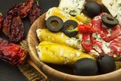 Πικάντικα πιπέρια που γεμίζονται με το μπλε τυρί Τσίλι και τυρί Διαφήμιση στις πικάντικες λιχουδιές Σημειώσεις στα ψημένα στη σχά στοκ εικόνα