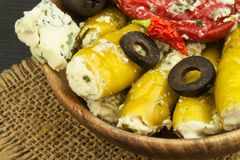 Πικάντικα πιπέρια που γεμίζονται με το μπλε τυρί Τσίλι και τυρί Διαφήμιση στις πικάντικες λιχουδιές Σημειώσεις στα ψημένα στη σχά στοκ εικόνες