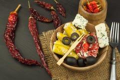 Πικάντικα πιπέρια που γεμίζονται με το μπλε τυρί Τσίλι και τυρί Διαφήμιση στις πικάντικες λιχουδιές Σημειώσεις στα ψημένα στη σχά στοκ φωτογραφίες