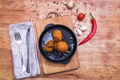Πικάντικα τσιγαρισμένα πασπαλισμένα με ψίχουλα φτερά κοτόπουλου Στοκ Φωτογραφίες