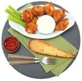 Πικάντικα φτερά κοτόπουλου με τα ραβδιά και το αγρόκτημα σέλινου Στοκ φωτογραφία με δικαίωμα ελεύθερης χρήσης