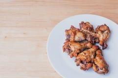 Πικάντικα ψημένα στη σχάρα φτερά κοτόπουλου με το μαύρο πιπέρι Στοκ εικόνες με δικαίωμα ελεύθερης χρήσης