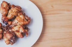 Πικάντικα ψημένα στη σχάρα φτερά κοτόπουλου με το μαύρο πιπέρι Στοκ φωτογραφία με δικαίωμα ελεύθερης χρήσης