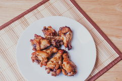 Πικάντικα ψημένα στη σχάρα φτερά κοτόπουλου με το μαύρο πιπέρι Στοκ Φωτογραφίες