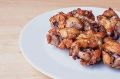 Πικάντικα ψημένα στη σχάρα φτερά κοτόπουλου με το μαύρο πιπέρι Στοκ Εικόνες