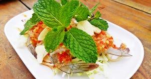 Πικάντικες γαρίδες σαλάτας στη σάλτσα ψαριών στο ξύλινο υπόβαθρο Στοκ Εικόνες