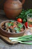 Πικάντικες μελιτζάνες με τις ντομάτες και το πιπέρι και wine-glass βότκας Στοκ εικόνα με δικαίωμα ελεύθερης χρήσης