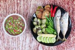 Πικάντικη εμβύθιση κολλών γαρίδων όπως & x22  Nam Prik Kapi& x22  εξυπηρετημένος με το δευτερεύον πιάτο Στοκ φωτογραφία με δικαίωμα ελεύθερης χρήσης