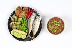 Πικάντικη εμβύθιση κολλών γαρίδων όπως & x22  Nam Prik Kapi& x22  εξυπηρετημένος με το δευτερεύον πιάτο Στοκ Φωτογραφίες