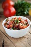 Πικάντικη εμβύθιση salsa στο ξύλινο υπόβαθρο στοκ φωτογραφίες με δικαίωμα ελεύθερης χρήσης