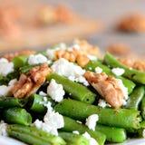 Πικάντικη πράσινη σαλάτα φασολιών με το τυρί και τα ξύλα καρυδιάς εξοχικών σπιτιών Συνταγή θερινών πράσινη φασολιών closeup Στοκ φωτογραφίες με δικαίωμα ελεύθερης χρήσης