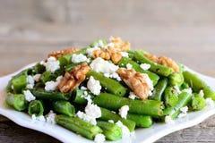Πικάντικη πράσινη συνταγή σαλάτας φασολιών Ψημένη πράσινη σαλάτα φασολιών με το τυρί εξοχικών σπιτιών, τα τραγανά ξύλα καρυδιάς,  Στοκ Εικόνες