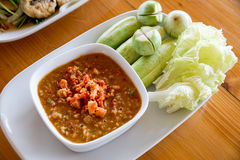 Πικάντικη σάλτσα τσίλι αυγοτάραχων καβουριών που εξυπηρετείται με το λαχανικό (ταϊλανδικά τρόφιμα) Στοκ φωτογραφίες με δικαίωμα ελεύθερης χρήσης