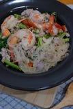 Πικάντικη σαλάτα καρυδιών χοιρινού κρέατος νουντλς γυαλιού στοκ φωτογραφίες
