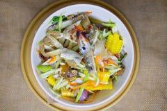 Πικάντικη σαλάτα μάγκο με το φρέσκο μπλε καβούρι Στοκ Εικόνες