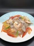 Πικάντικη σαλάτα νουντλς γυαλιού με τις γαρίδες στοκ φωτογραφία