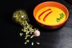 Πικάντικη σούπα κολοκύθας στο σκοτεινό υπόβαθρο στοκ φωτογραφία με δικαίωμα ελεύθερης χρήσης