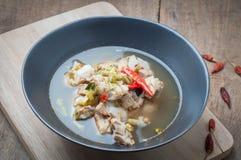 Πικάντικη σούπα μπριζολών χοιρινού κρέατος στα ξύλινα πατώματα Στοκ Εικόνα