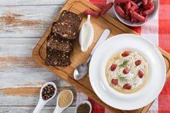 Πικάντικη σούπα μπύρας και κρέμας με το λουκάνικο και το τυρί Kielbasa Στοκ εικόνα με δικαίωμα ελεύθερης χρήσης