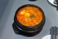 Πικάντικη σούπα Kimchi στο μαύρο κύπελλο στοκ φωτογραφίες