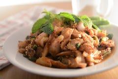 Πικάντικη ψημένη στη σχάρα σαλάτα χοιρινού κρέατος (μουγκρητό nam tok), ταϊλανδικά τρόφιμα Στοκ Εικόνες