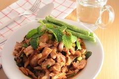 Πικάντικη ψημένη στη σχάρα σαλάτα χοιρινού κρέατος (μουγκρητό nam tok), ταϊλανδικά τρόφιμα Στοκ εικόνα με δικαίωμα ελεύθερης χρήσης
