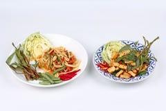 Πικάντικη papaya σαλάτα και πικάντικη ξινή μικτή σαλάτα χορταριών με τηγανισμένος Στοκ εικόνες με δικαίωμα ελεύθερης χρήσης