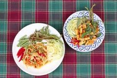 Πικάντικη papaya σαλάτα και πικάντικη ξινή μικτή σαλάτα χορταριών με τηγανισμένος Στοκ Φωτογραφίες